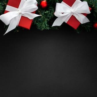 Kerstmisgiften op een zwarte achtergrond met copyspace