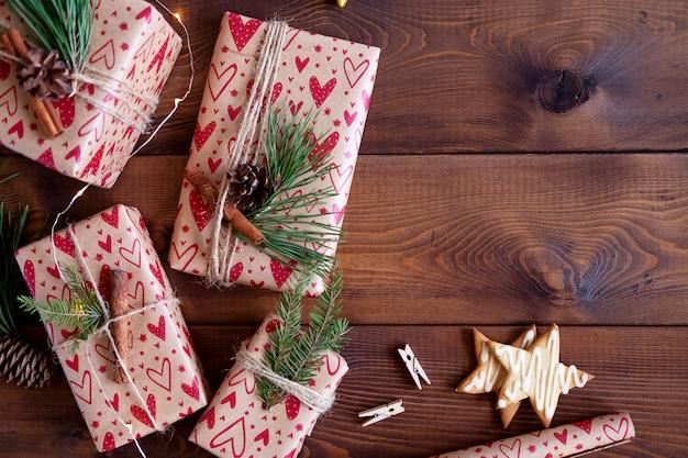 Kerstmisgiften op houten achtergrond
