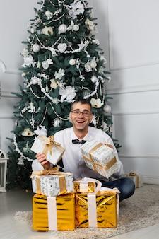 Kerstmisgiften van de jonge mensenholding en het kijken gelukkig