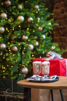 Kerstmishmallows op een feestelijke achtergrond. selectieve aandacht. drankjes.
