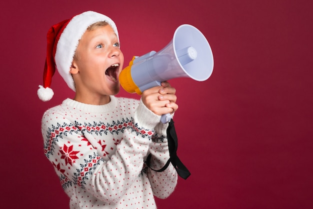 Kerstmisjongen die door megafoon schreeuwt