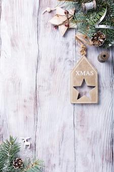 Kerstmiskaart met copyspace op witte houten achtergrond.