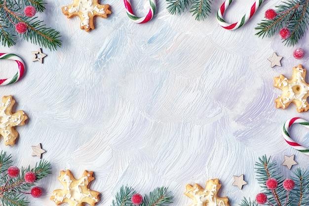 Kerstmiskader met spartakjes, suikergoedriet, frtosted bessen en koekjes, tekstruimte