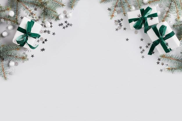 Kerstmiskader met witte giften op grijs. vrolijk kerstkaart. winter vakantie. gelukkig nieuwjaar. copyspace