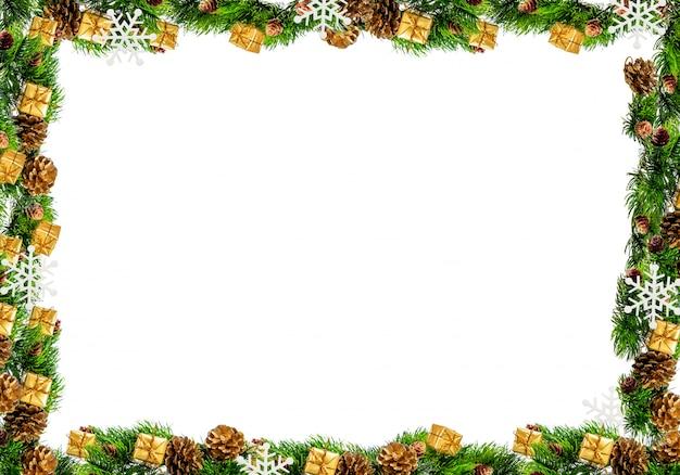 Kerstmiskader op een witte achtergrond wordt geïsoleerd die
