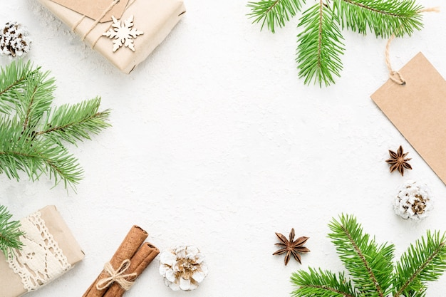 Kerstmiskader van natuurlijke nieuwjaardecoratie op witte lijst, exemplaarruimte.