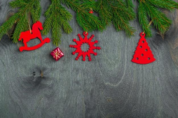 Kerstmiskader van spartakken en met de hand gemaakte stuk speelgoed decoratie op een donkere houten achtergrond