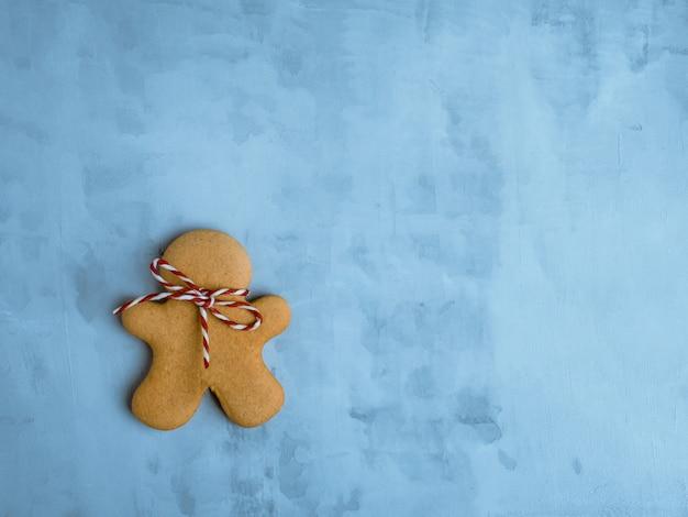 Kerstmiskoekjes op lichtblauwe achtergrond worden geïsoleerd die.