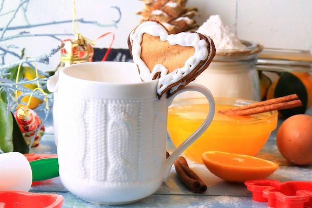 Kerstmiskoffie met het hart eigengemaakte cakes van gemberkoekjes