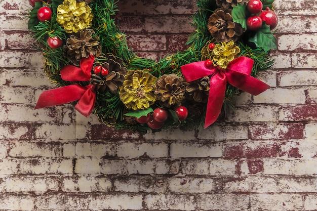 Kerstmiskroon op bakstenen muurachtergrond
