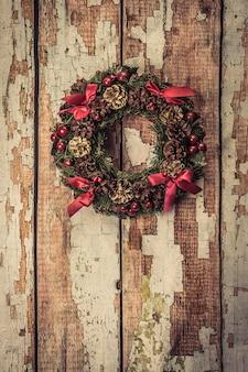 Kerstmiskroon op houten achtergrond