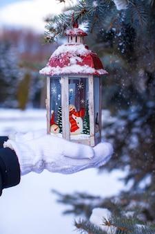 Kerstmislantaarn op spartak in de dag van de sneeuwwinter