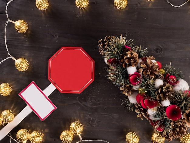 Kerstmislicht op houten achtergrond met huisdecoratie. lichten. kerstboom