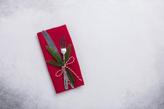 Kerstmislijst die met tafelzilver op steenachtergrond plaatst