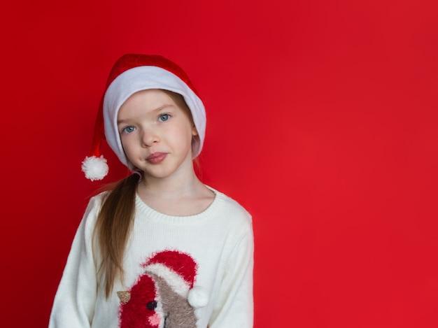 Kerstmismeisje in santahoed nieuwjaar en kerstmisconcept