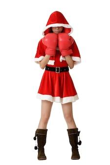 Kerstmismeisje met bokshandschoenen die zich over wit bevinden.