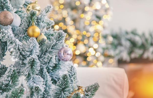 Kerstmisopen haard als achtergrond en kerstboom, selectieve nadruk.