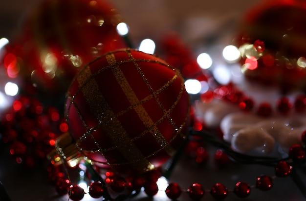 Kerstmisornamenten en slinger op houten close-up als achtergrond