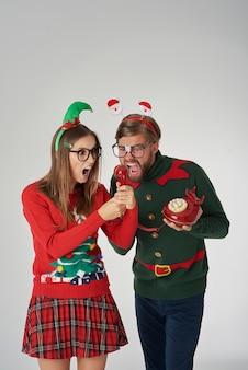 Kerstmispaar dat door de telefoon gilt