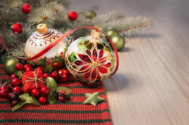 Kerstmisregeling in rood en groen op houten lijst, tekst