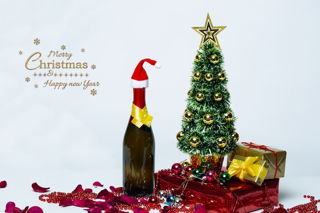 Kerstmissamenstelling champagnefles in santa claus en traditionele decoraties
