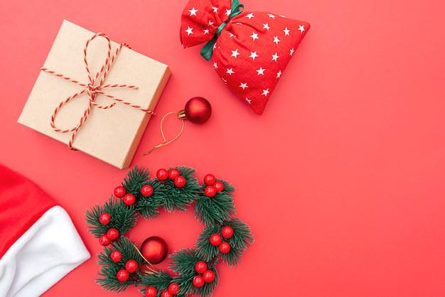 Kerstmissamenstelling, krans, kerstspeelgoed en tas, concept afbeelding wintervakantie