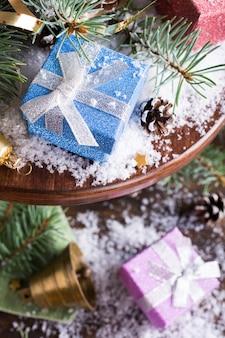 Kerstmissamenstelling met cadeaus en decoratie