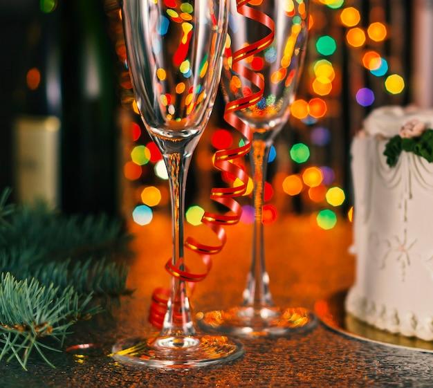 Kerstmissamenstelling met champagne en veelkleurige bokeh