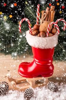 Kerstmissamenstelling met denneappels en noten