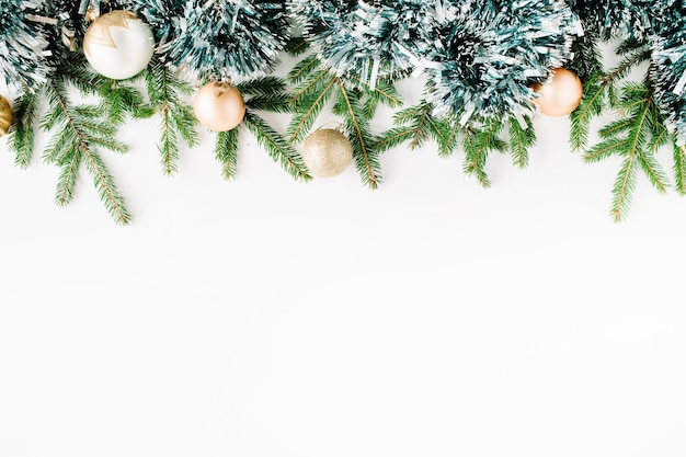 Kerstmissamenstelling met dennentakken, dennenappels, kerstballen en klatergoud.