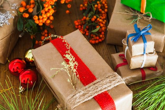 Kerstmissamenstelling met diverse cadeaus