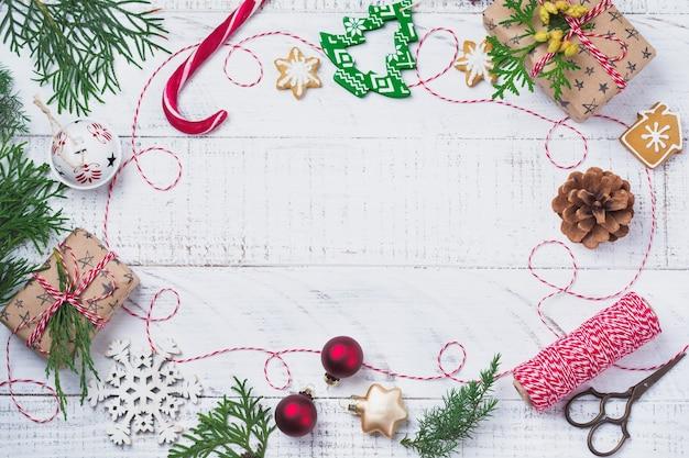 Kerstmissamenstelling met geschenkdozen en decoraties op houten tafel. bovenaanzicht met kopie ruimte.
