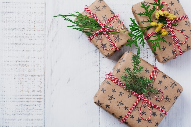 Kerstmissamenstelling met geschenkdozen op houten tafel. bovenaanzicht met kopie ruimte.