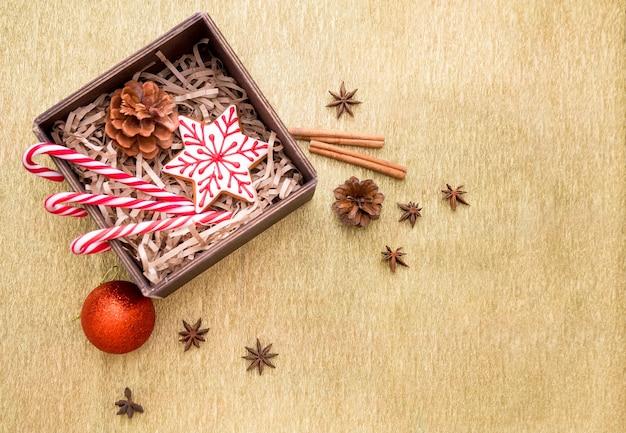 Kerstmissamenstelling met geschenken, kerstballen, speelgoed, suikerriet