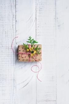 Kerstmissamenstelling met giftdoos op houten lijst. bovenaanzicht met kopie ruimte.