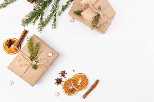 Kerstmissamenstelling met giftdozen, droge sinaasappelen en kruiden