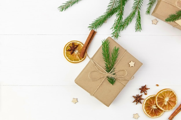 Kerstmissamenstelling met giftdozen, droge sinaasappelen en sparrentakken