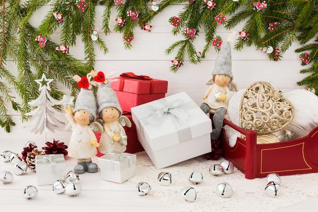 Kerstmissamenstelling met giftdozen, engelen, kerstmisspar