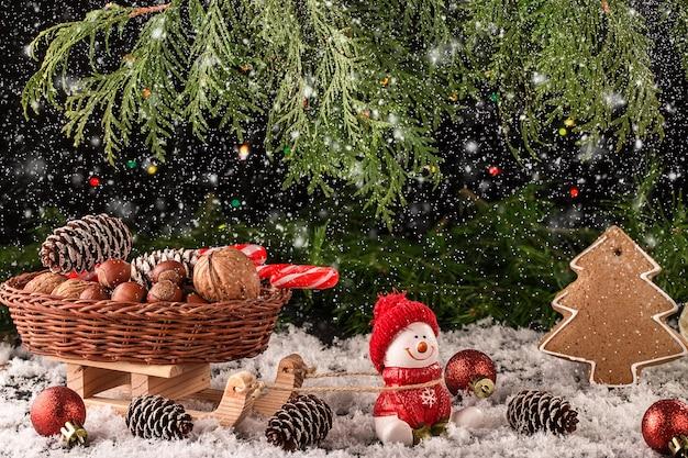 Kerstmissamenstelling met giften en sneeuwvlokken op houten lijst.