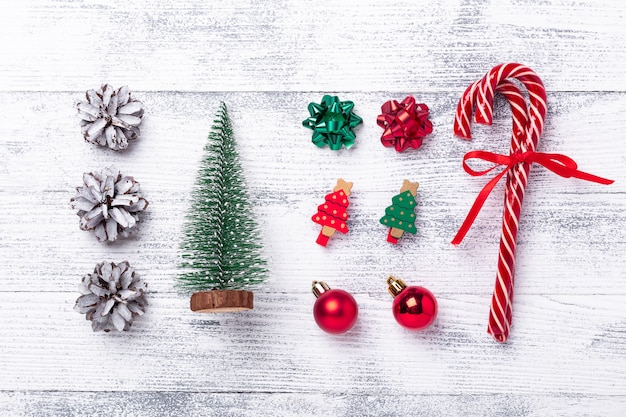 Kerstmissamenstelling met giften, ornamenten en suikergoedriet op houten achtergrond