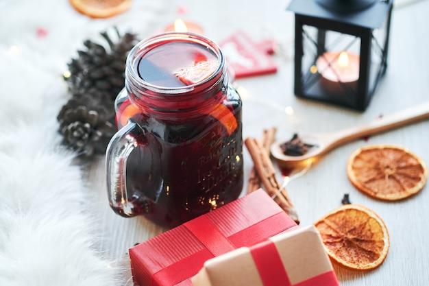 Kerstmissamenstelling met glas hete overwogen wijn