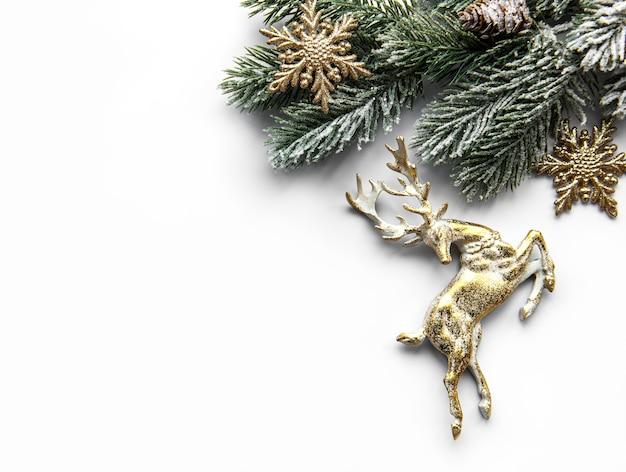 Kerstmissamenstelling met herten, sneeuwvlokken en dennentakken.
