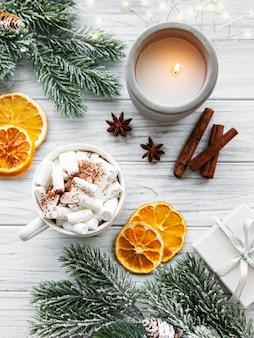 Kerstmissamenstelling met hete chocolade en decoratie