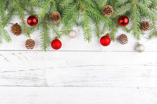 Kerstmissamenstelling met kader van spartakken, kerstmisdecoratie en denneappels. plat lag, bovenaanzicht