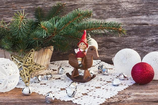 Kerstmissamenstelling met kerstboom, gnoom, kerstballen.
