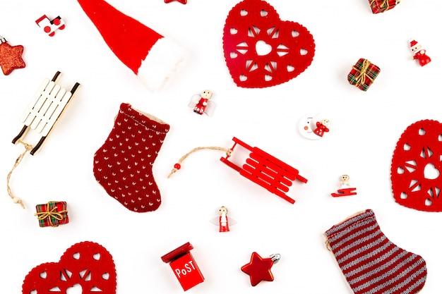 Kerstmissamenstelling met kerstmisdecoratie over de witte achtergrond