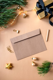 Kerstmissamenstelling met kerstmisgift. kerst briefkaart, wenskaart. nieuwjaar plat lag, bovenaanzicht, kopie ruimte.