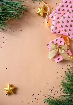 Kerstmissamenstelling met kerstmisgiften. lege wenskaart en kerstversiering. nieuwjaar plat lag, bovenaanzicht, kopie ruimte.