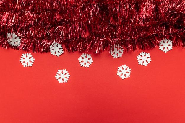Kerstmissamenstelling met klatergoud op rood. kerstmis, plat lag, bovenaanzicht, copyspace.