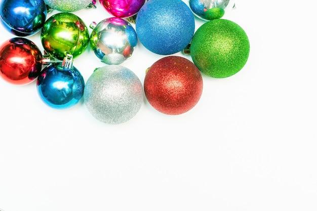 Kerstmissamenstelling met kleurrijk ballenornament, nieuwe jaardecoratie op witte achtergrond. mockup wenskaartsjabloon met kopie ruimte, plat, bovenaanzicht